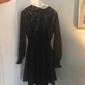 Svart lite glittrig oanvänd klänning från h&m