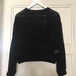 Svart transparent tröja från Bik Bok med fina mönster på bröstet. Passar både till fest och till vardags! Frakt tillkommer.