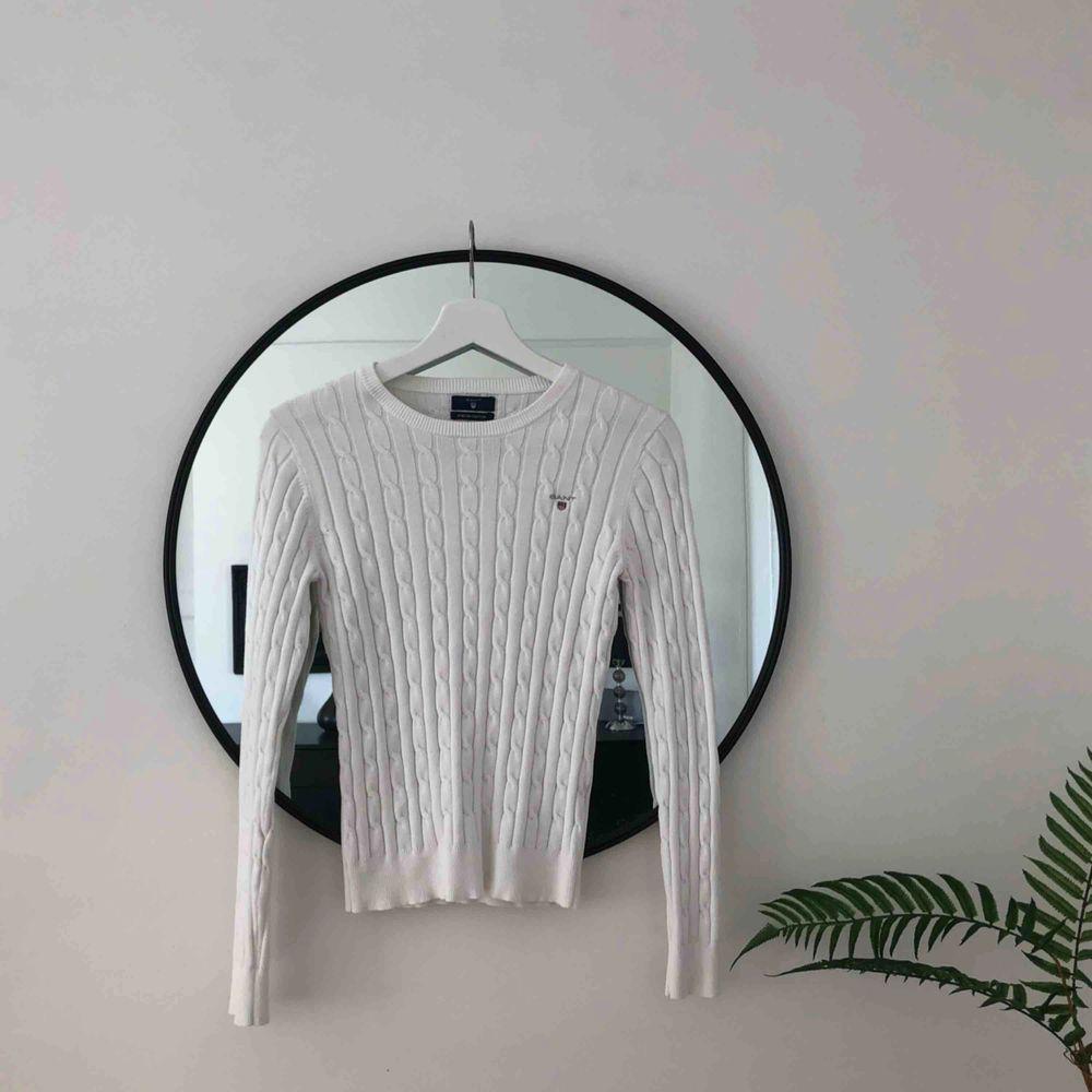 Klassisk Gant-tröja, kabelstickad i vit i otroligt mjukt och fint tyg. Felfritt skick 🌞🌈. Tröjor & Koftor.