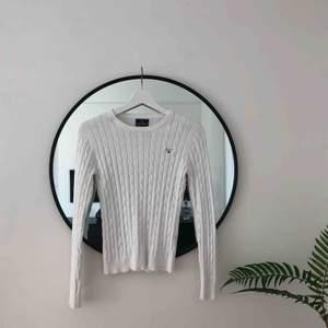 Klassisk Gant-tröja, kabelstickad i vit i otroligt mjukt och fint tyg. Felfritt skick 🌞🌈