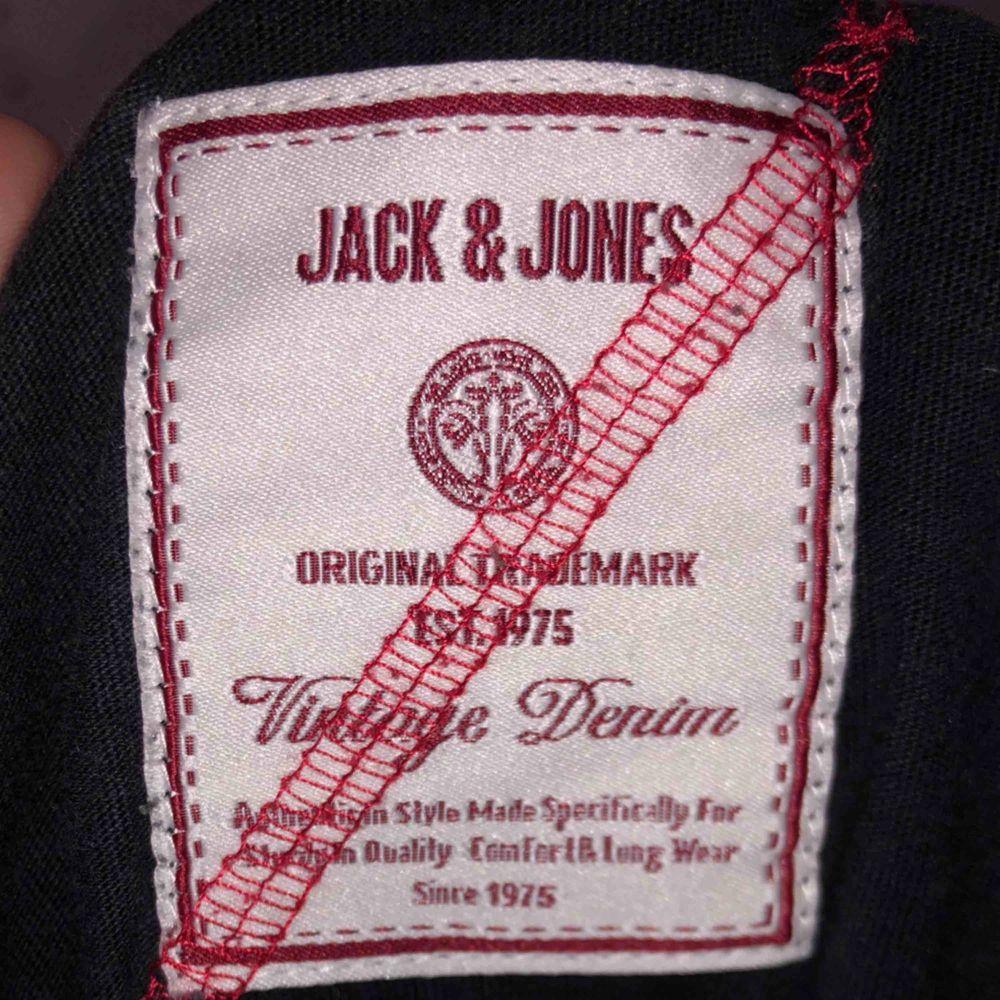 En snygg svart jack & Jones tröja + frakt. T-shirts.