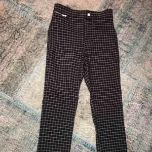 Super snygga rutiga byxor ifrån H&M som är helt oanvända!