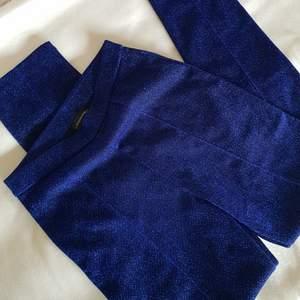 Glittriga byxor från Malene Birger! Snygga detaljer, skönt material och riktigt fin färg!