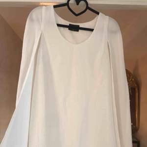 Vit klänning från nastygal storlek XS, skitfin i armarna (tyget blir som en cape över armarna). Slutar lite över rumpan.