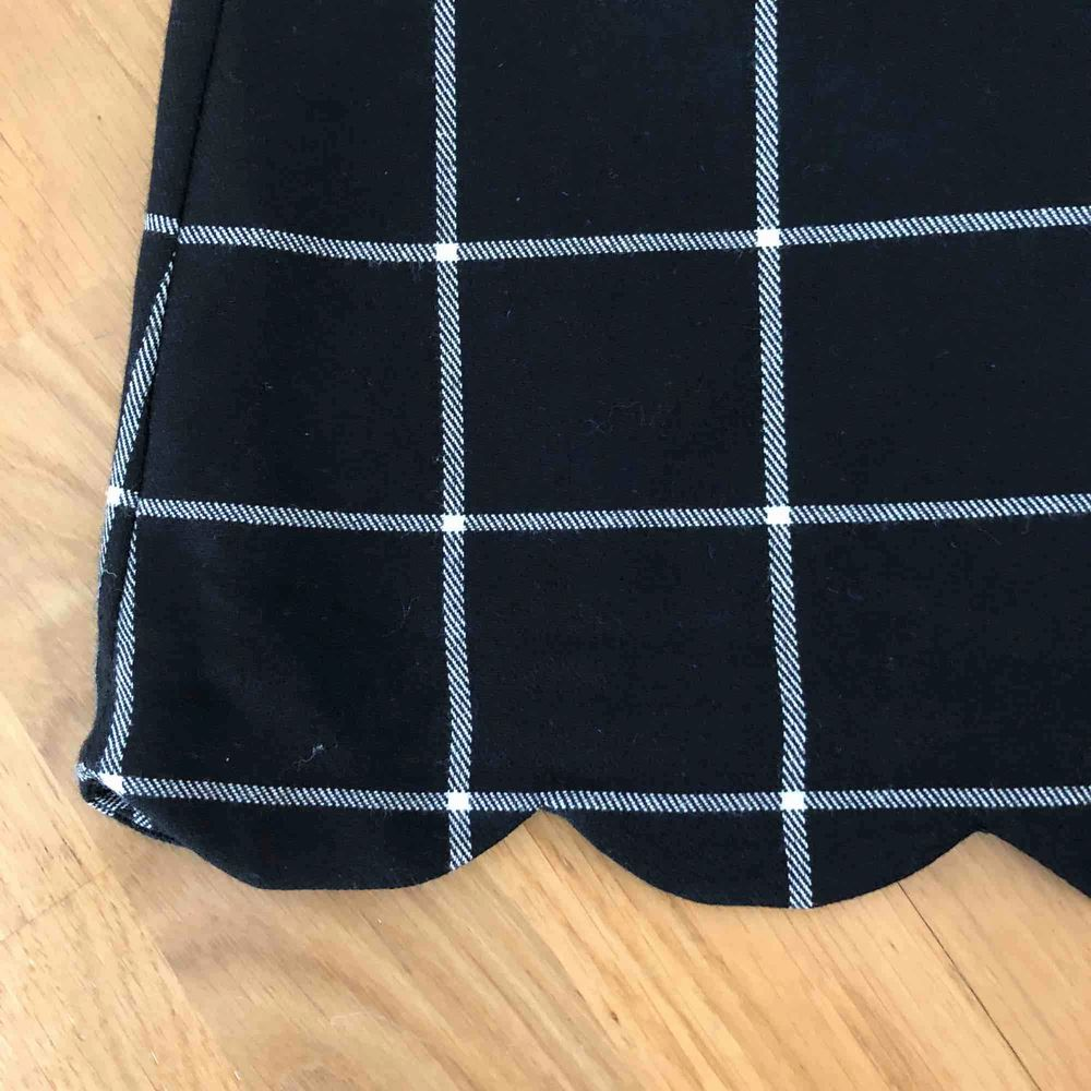 Underbar kjol som aldrig använts då den är för liten i midjan för mig. Passar nog perfekt på S då jag vanligen är M. Dragkedja + knapp på sidan av kjolen. Fina detaljer. Ganska kort.. Kjolar.