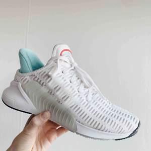 Adidas Originals climacool i toppskick, använda max 5 ggr. Sköna och unika. Nypris: 1100:-. Finns i Västertorp men kan mötas upp i Stockholm city varje vardag. Skickas mot fraktavgift!
