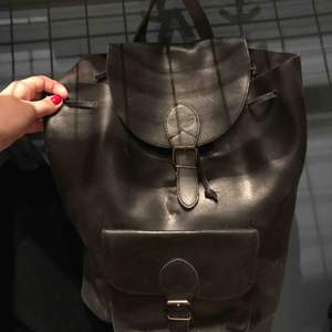 Säljer en jättefin ryggsäck i äkta skinn, köpt på beyond retro. Två ytterfack samt ett på insidan. Ett spänne har lossnat men går att fixa till lätt för den händige. Måttet är uppskattat av vara 30x40x15 cm, ungefär lika stor som en Sandqvist ryggsäck.