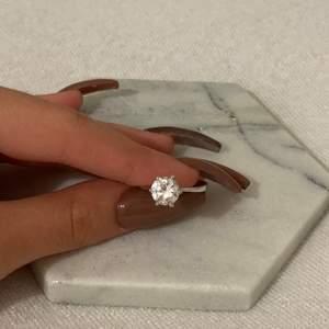 Elegant ring, knappt använd. Vet inte vad det är för storlek på ringen därav priset, har smala fingrar om det skulle hjälpa ❤️