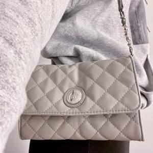 Handväska som inte kommer till användning. Praktisk med flera innerfack. Köpt för ca 300!💕