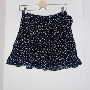 Säljer världens finaste kjol som är oanvänd, har endast testat den, då den är alldeles för kort för mig🥺💕 Kjolen är super söt och har en liten volang, skriv vid intresse!✨