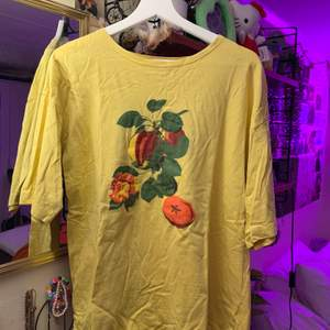 gul jättefin t-shirt köpt på second hand :) bra skick!