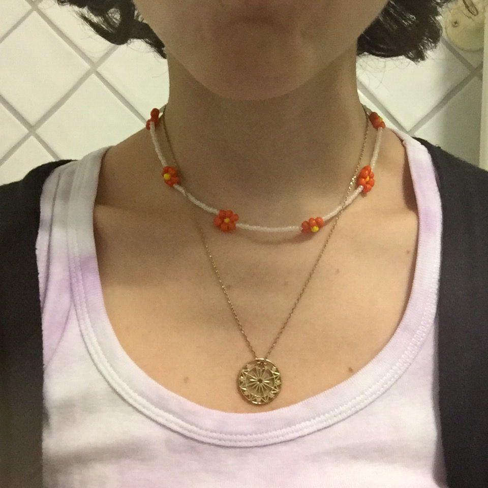 Ett så fint halsband med blommor!🌸🌿 Det är elastisk tråd så passar alla! . Accessoarer.