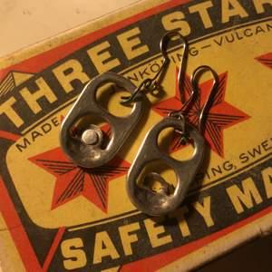 Hemgjorda örhängen som är oanvända.