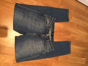 Snygga jeans från Filippa K. Storlek 26 men passar även dig som har 27. Modellen heter Alex rigid.