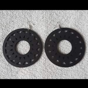 Ett par estetiska svarta örhängen. Beskrivning: Lätta, runda, svarta, solros 🌻 örhängen. 9cm i diameter.  Oanvända. Frakt tillkommer med 24 kr.