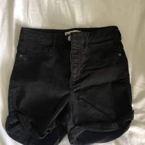 Svarta shorts i storlek xs ifrån Gina tricot