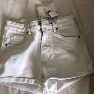 Vita shorts ifrån zara i storlek 32. Lappen är kvar och de är endast provade