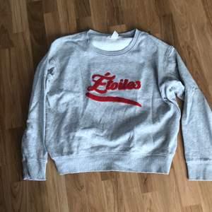 Superfin grå sweatshirt med påsydd text. Fint skick! Säljer pga för liten 🤍💞