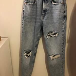Säljer mina fina mom jeans från zara som tyvärr blivit för små.