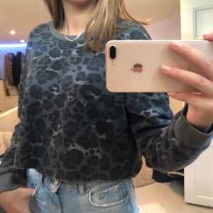 Skitsnygg sweatshirt från Bikbok i strl M som jag själv har klippt av så att den blev lite croppad! (+frakt)