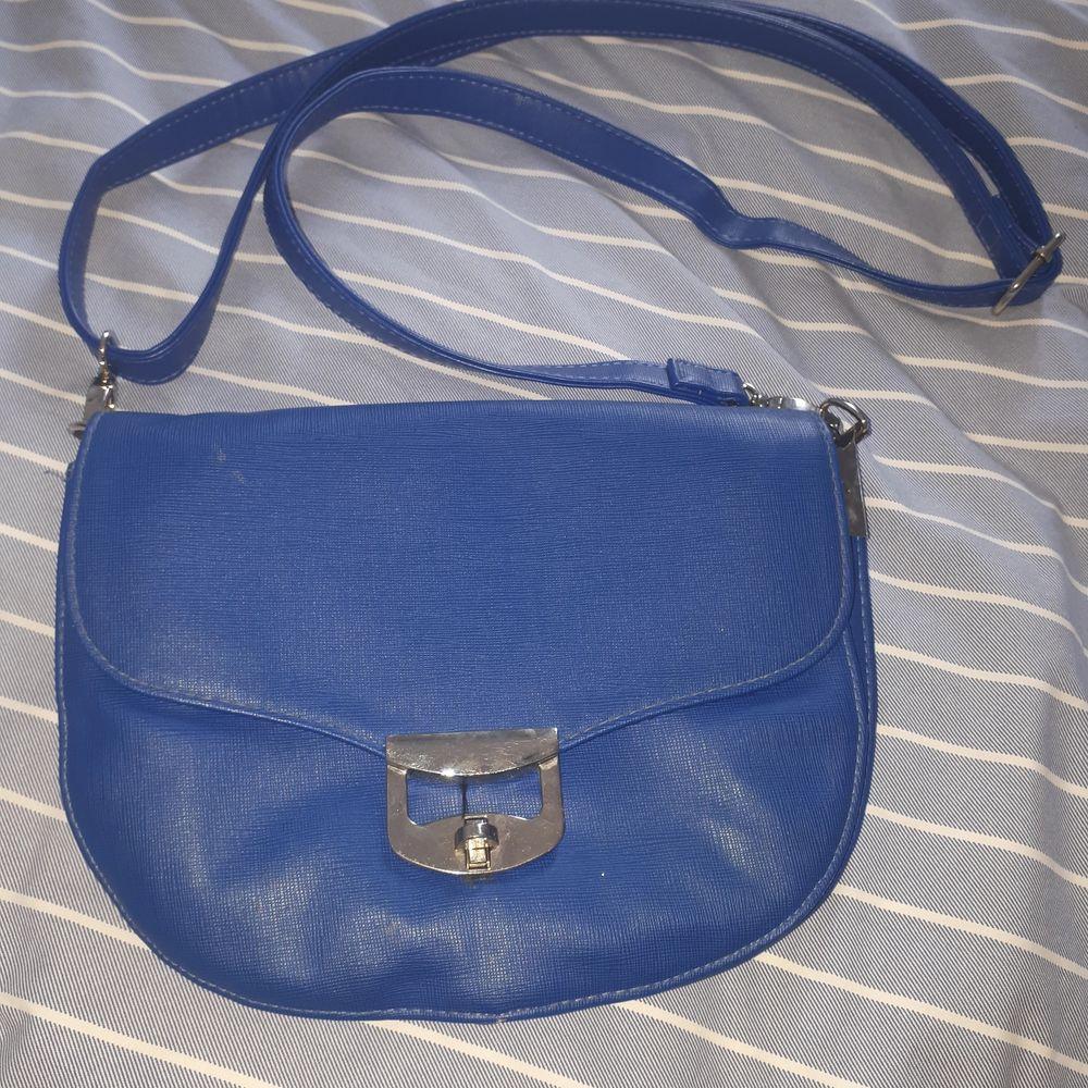 Enkel blå väska i ganska bra skick. Frakt tillkommer.. Väskor.