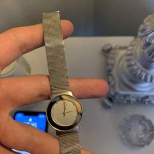 Säljer min silvriga klocka gjord av rostfritt stål. Längden går att justera enkelt så den passar alla handleder. Den är helt oanvänd och skyddsplasten finns fortfarande kvar på fram och baksida av uret. Bud gäller! Startpriset är 100 kr.