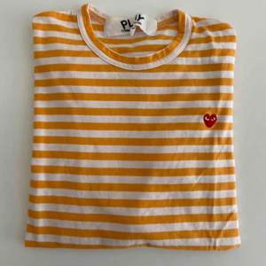 Superfin CDG tröja köpt i Paris för runt 1300kr, men bara använd typ tre gånger! Kvitto har jag tyvärr tappat bort. Frakt: 59kr