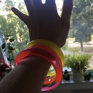 3 neon armband i rosa, orange och gul! perfekt till ditt nästa rave 🎆🎇🌠 köpare står för frakt