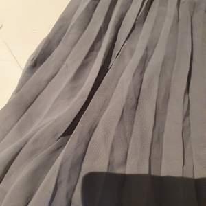 Grå plisserad kjol från H&M (lapp bortklippt). Lite små trådar här o där men är inget som märks ❤️🥰 19kr / högst bud (frakt tillkommer!)