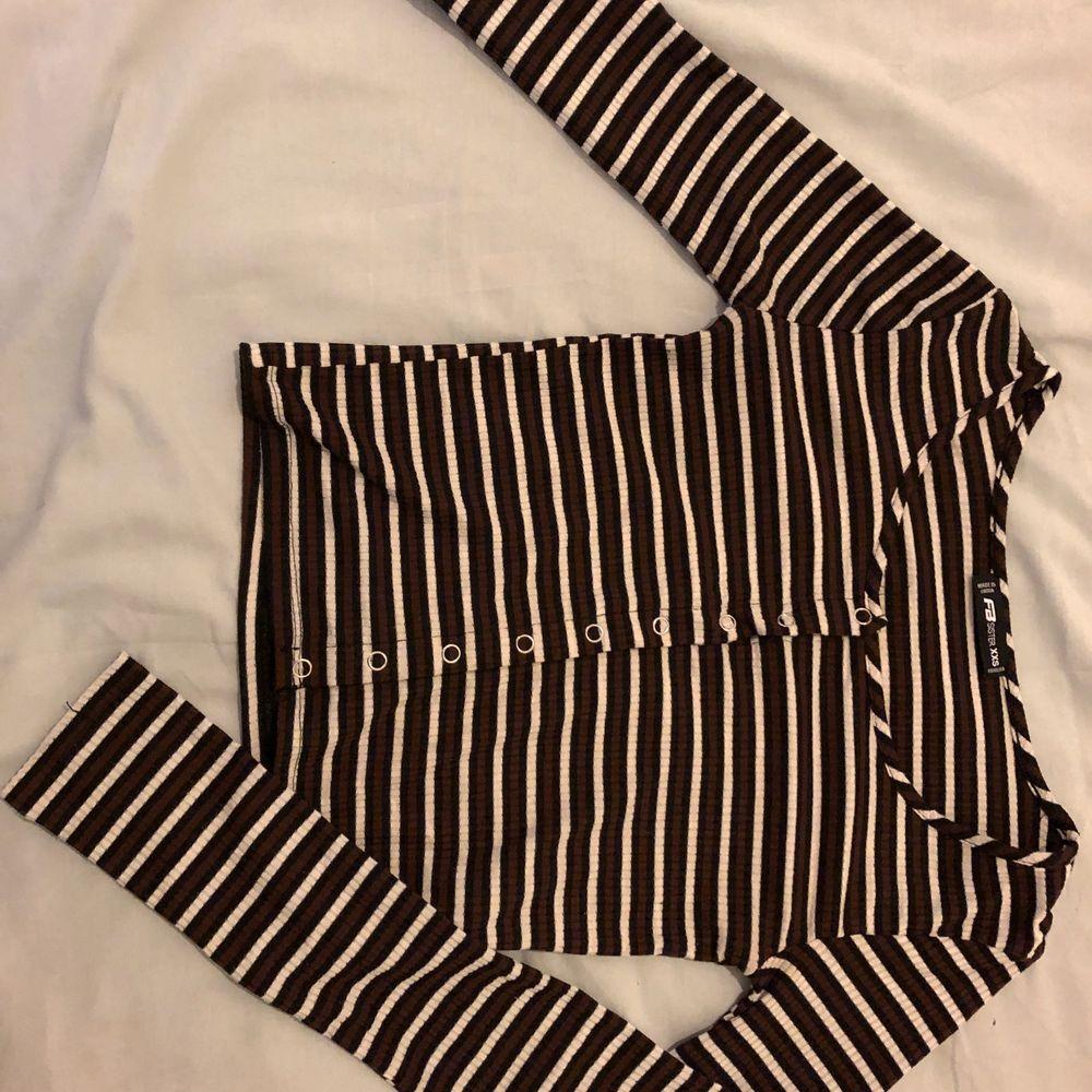 superfin tröja med knappar i fram. Använd 1 eller 2 gånger men den är lite liten på mig. Köparen står för frakt 🚚 ❤️. Tröjor & Koftor.