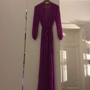 Lila lång klänning i en super fin lila färg. Funkar till vardags som till fest.