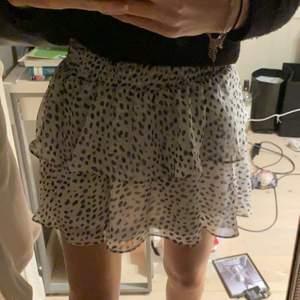 En prickig kjol från retro and iconic! Köpt för 500kr och har märket kvar! Säljer då det inte riktigt är jag!!! SÄLJER FÖR 220kr + frakt VID SNABB AFFÄR - annars 250