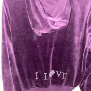 Säljer denna hoodie eftersom den aldrig kommer till användning ❤️