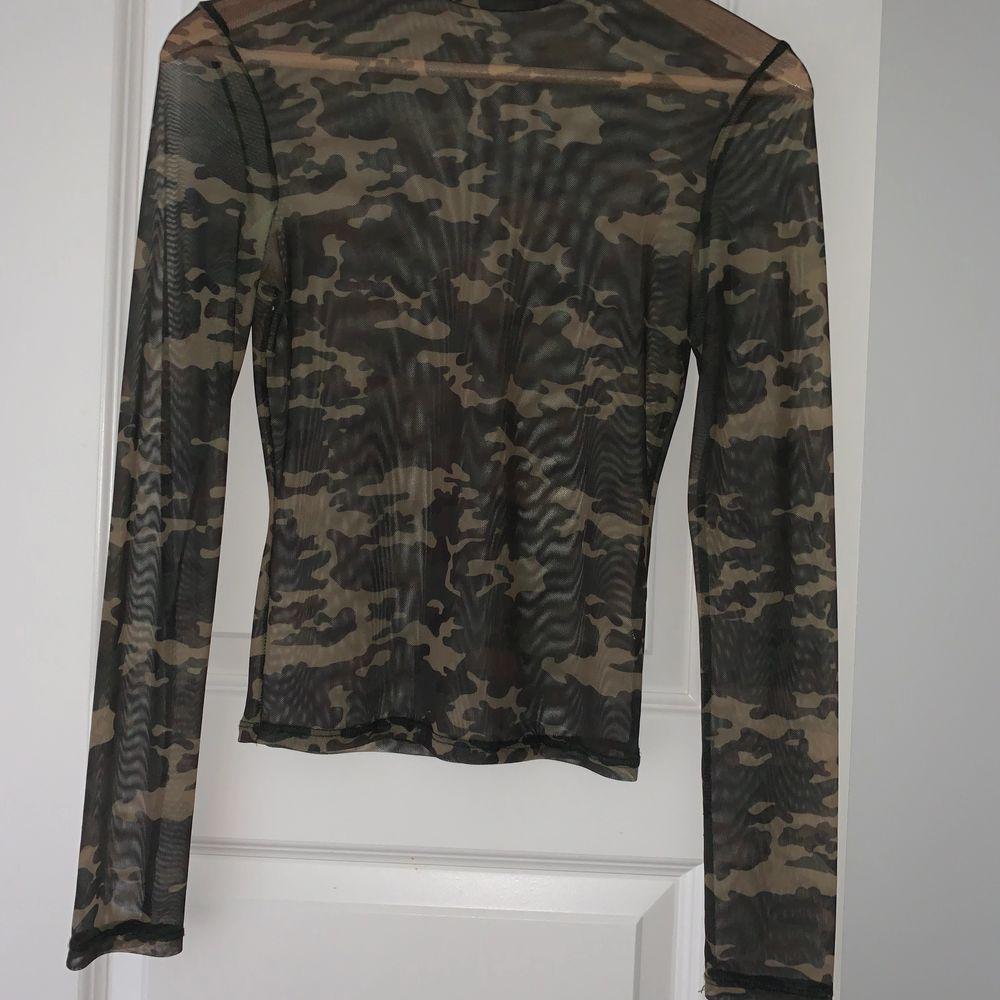 Hej 😊 Säljer denna jätte fina mesh topen i kamouflage med polokrage, köpt från Bershka! Andvänd endast en gång! Storlek M men passar perfekt för S.. Toppar.