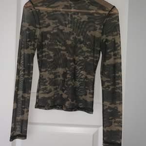 Hej 😊 Säljer denna jätte fina mesh topen i kamouflage med polokrage, köpt från Bershka! Andvänd endast en gång! Storlek M men passar perfekt för S.