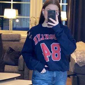 Tröja från Gina tricot med hål i (köptes med hål). Storlek M men den är oversized. Mitt pris är 50kr + eventuell frakt, priset kan diskuteras 💕