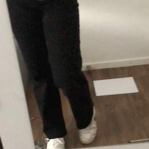 Säljer mina svarta eide jeans från MQ som jag köpte för 700kr🥰🥰 kom privat för flera bilder