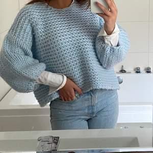 Säljer denna blåa stickade tröja, är från Nakd i stl S. Jättefin att ha under någon vitskjorta eller bara att ha med ett par jeans. Frakt ingår inte utan betalas själv. Skriv gärna om ni har någon fråga💕💕🌸🌸