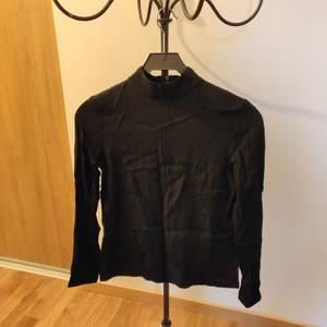 Klassisk svart skjorta i jätteskönt material från Soaked in Luxury, bara använd ett par gånger. Storleken är XS men jag upplever att det känns mer som S.