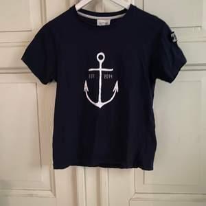 Marinblå Way Ink t-shirt i storlek 146/152. I nyskick och frakten tillkommer