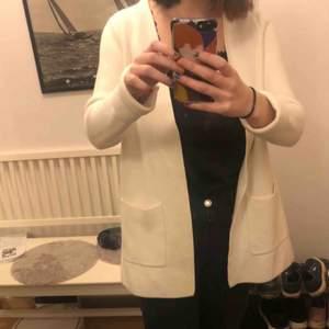 En vit kofta från Gina tricot som jag inte använt så mycket.  Fint skick, som ny!