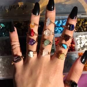 Äkta kristaller, handgjorda ringar. Skriv vilka kristaller du vill ha och din storlek (S/M/L) så fixar jag så fort jag kan! Om du köper 3 kristall ringar så får du en överrasknings ring på köpet (en av ringarna från mitt andra inlägg) Jag är snabb på att svara om du har några frågor. Jag har Evil eye ringar och silver tråd i lager igen. GRATIS FRAKT‼️SNÄLLA skriv bara till mig om du är allvarlig och verkligen tänker köpa eller har en genuin fråg (som inte redan står i beskrivningen). Det är hög press så om du tänker köpa så skriv vilka ringar och storlek på en gång! Jag får många meddelanden på en gång och jag kan inte hålla koll på de som verkligen tänker att köpa och folk som skriver utan anledning och sen ignorerar mig‼️‼️‼️‼️