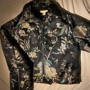 """Jackan har blivit använd 1 gång på en Gala, sen dess har den hängt i garderoben. Den förtjänar att komma till använd!🙌🏻 strl XS men är """"oversize"""" så sitter som S🌟"""