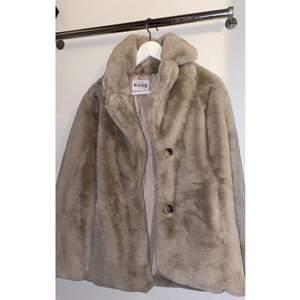 Snygg pälsjacka från nakd köpt för 900 förra året, använd 2/3 gånger. Frakt tillkommer