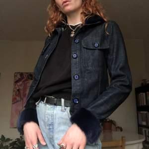 Jeansjacka med päls på krage och ärmar använd 1 gång, prislapp finns med, säljes pga fel storlek. Frakt ingår i priset!
