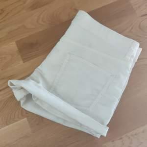 Vita jeans shorts i stretchigt material från H&M i storlek 36. Fraktkostnaden tillkommer.