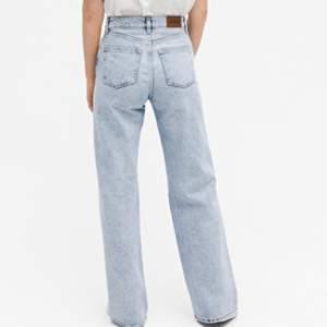 Säljer mina snygga blåa vida jeans💖 stl 29, skulle säga att de passar som ett par S💖 Sitter jätte bra, bra längd! Nypris 400kr, säljer för 240kr! Endast använt dom 1 gång, säljer pga att jag har för många blåa vida jeans! (Första bilden är lånad) dm för fler bilder 💖
