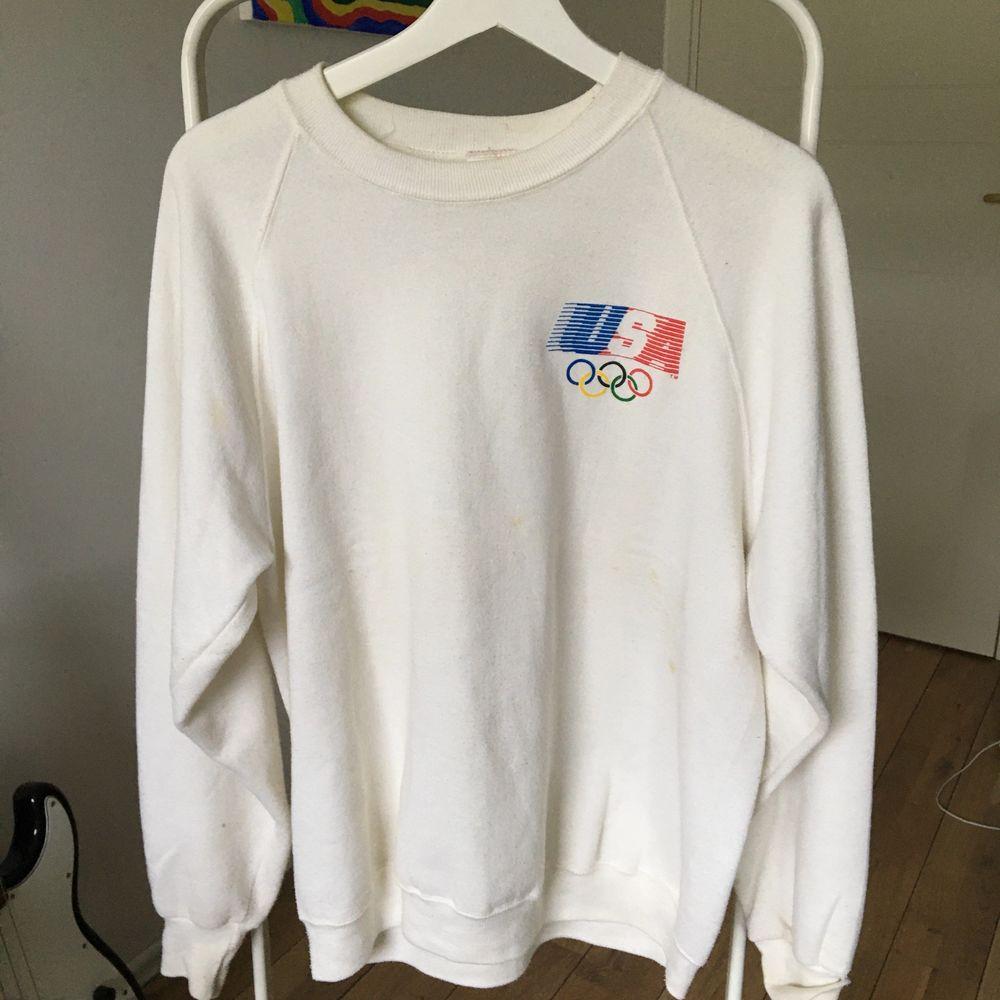 FÖRST TILL KVARN! En tröja från ca 90talet, den har några fläckar här o där, men de syns inte riktigt.💕 Frakt tillkommer. . Huvtröjor & Träningströjor.