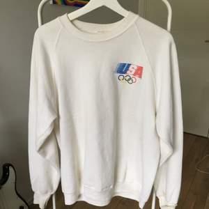 FÖRST TILL KVARN! En tröja från ca 90talet, den har några fläckar här o där, men de syns inte riktigt.💕 Frakt tillkommer.