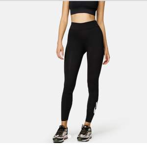 Säljer helt oanvända leggings från Nike, jag har så många träningskläder så håller på rensa dom, prislappen sitter kvar. Säljer min tröja från nike också man kan köpa som set pris för 400+ frakt, bara leggings kostar 250kr och tröjan 200. Nypris på leggings : 379kr och tröjan: 379kr. Leggings  är i storlek S och tröjan är xs. TRÖJAN ÄR SÅLD.